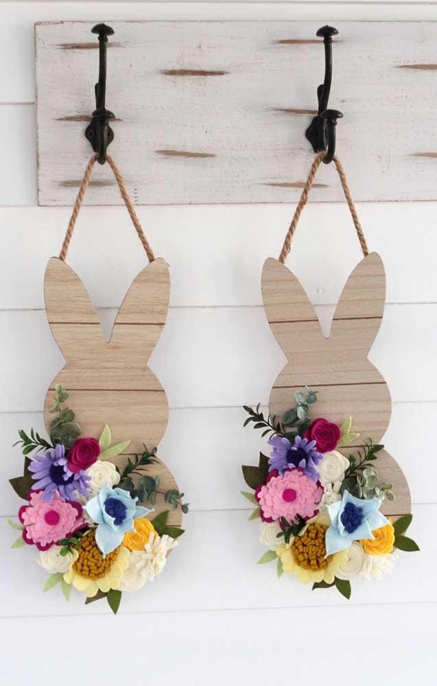 Inspiração de decoração para um almoço de páscoa; os coelhinhos de madeira com flores são um charme