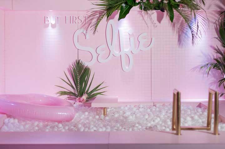 Uma decoração simples, mas cativante para uma festa na piscina
