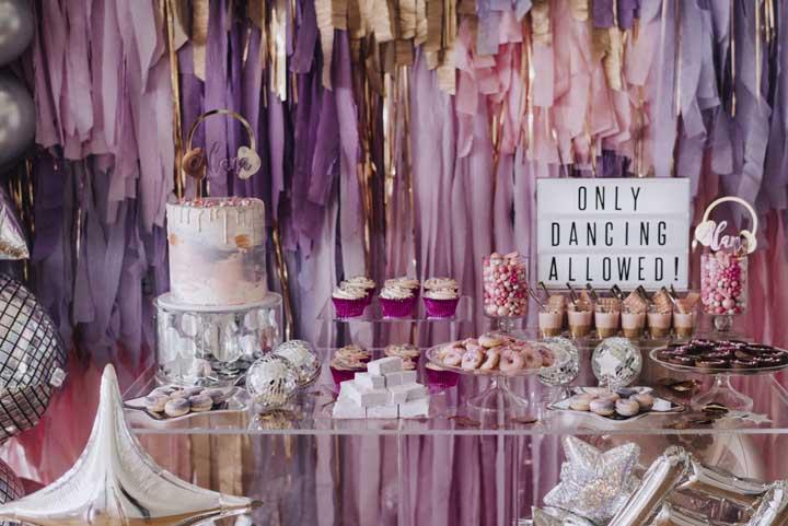 Inspiração de mesa de doces de uma festa bem jovem e descontraída; uma boa pedida para festas de 15 anos