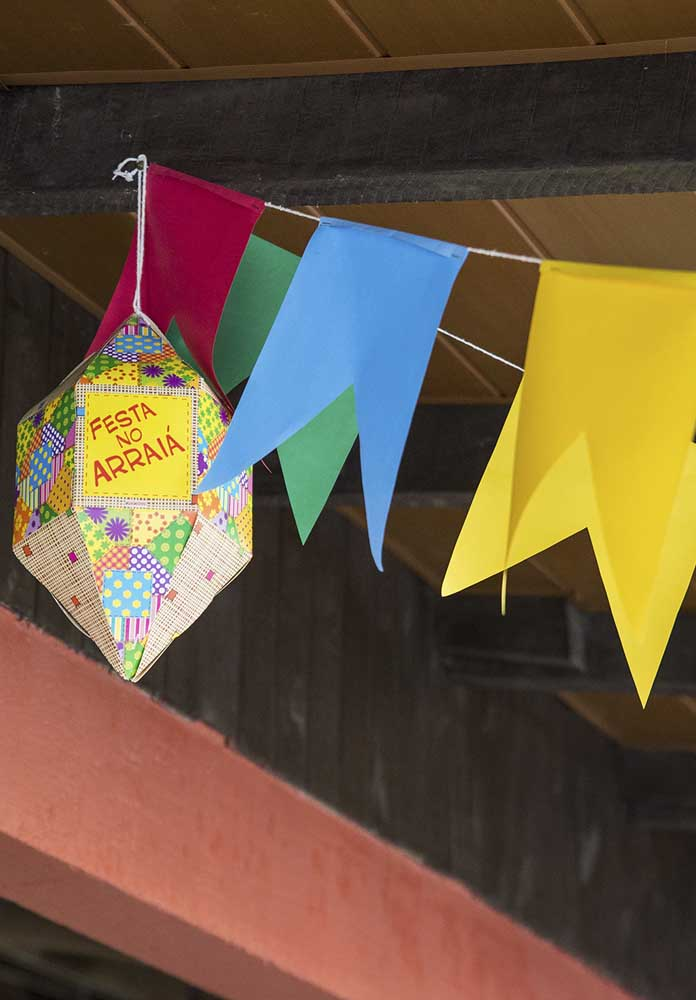 Decore a festa junina educação infantil com bandeirinhas e balões.
