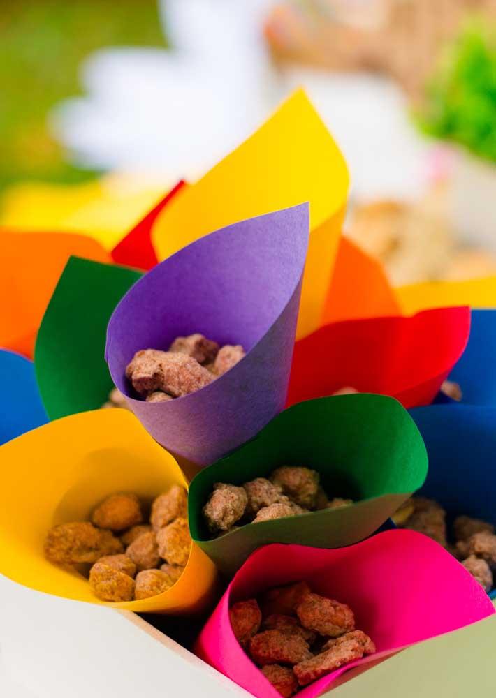 Se a intenção é fazer algo simples na festa junina, é só usar papel colorido para fazer cones e colocar guloseimas dentro.