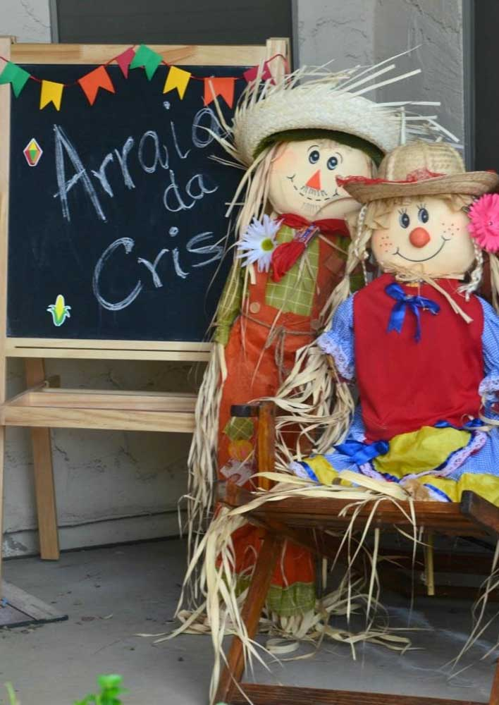 Prepare uns bonecos no formato de espantalho para colocar na entrada da festa junina.