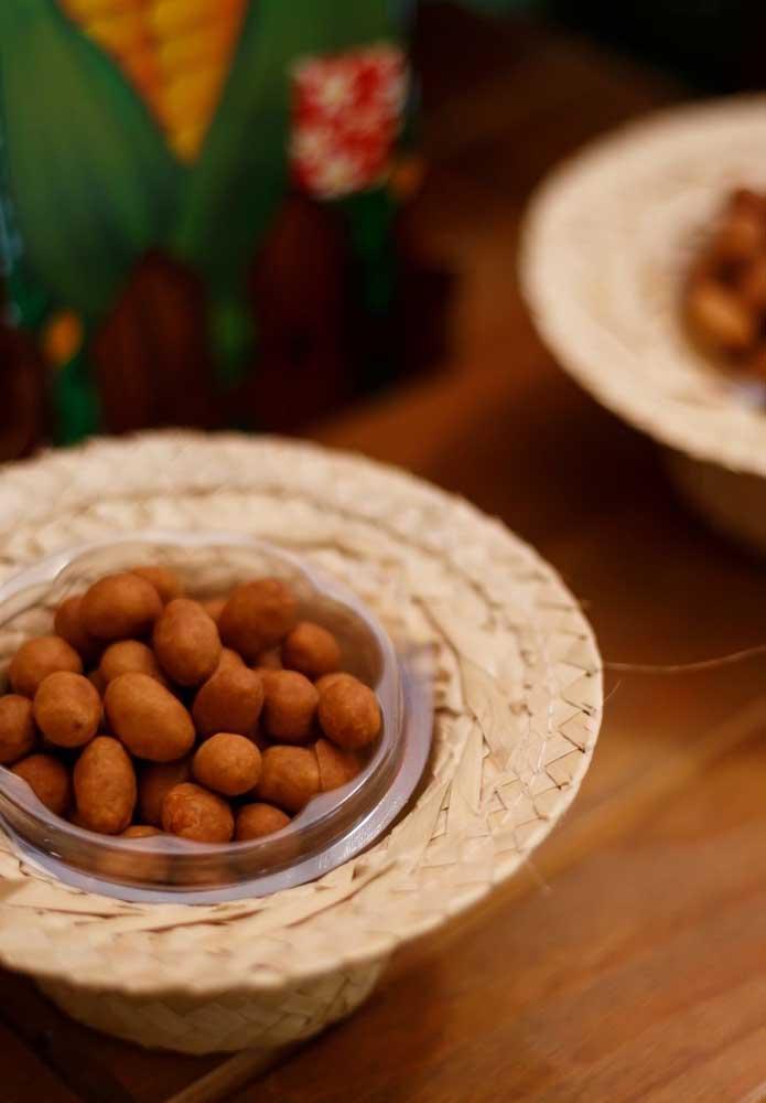 Outra guloseima tradicional de festa junina é o amendoim, mas use a criatividade na hora de servi-lo.