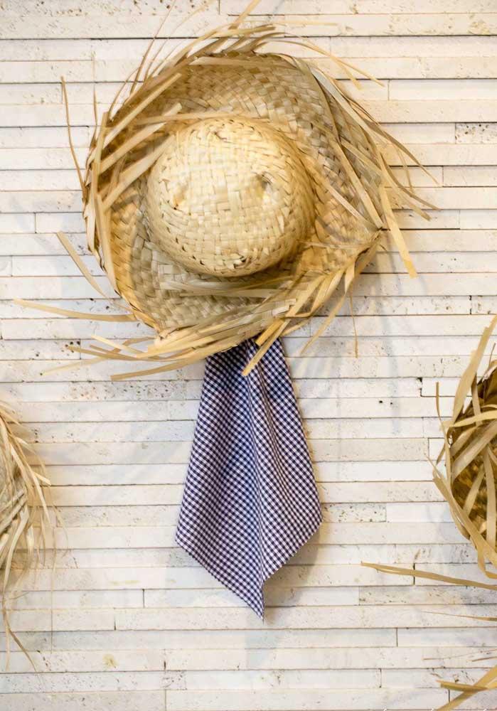 Alguns elementos decorativos são indispensáveis na festa junina como é o caso do chapéu de palha e o tecido xadrez.