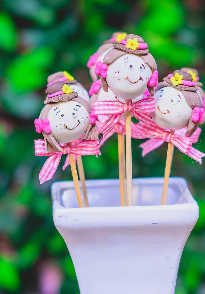 Cake pops no formato de bonequinhas de festa junina.