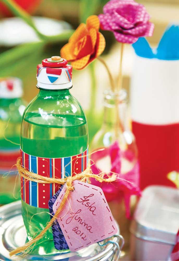 Você pode entregar garrafinhas d'água personalizadas como lembrancinha de festa junina.