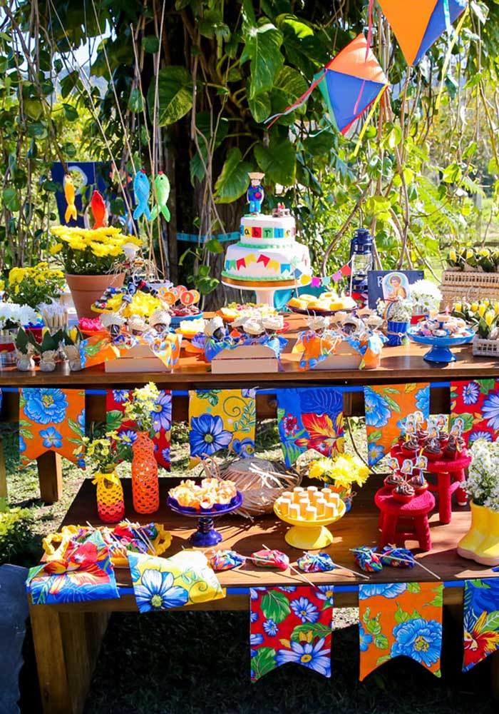 Apostando em móveis rústicos e decorando com itens juninos, a festa junina infantil só pode ficar linda.