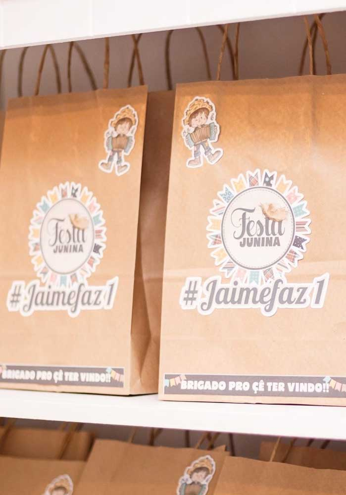 As lembrancinhas de festa junina podem ser entregues em sacolinhas personalizadas.