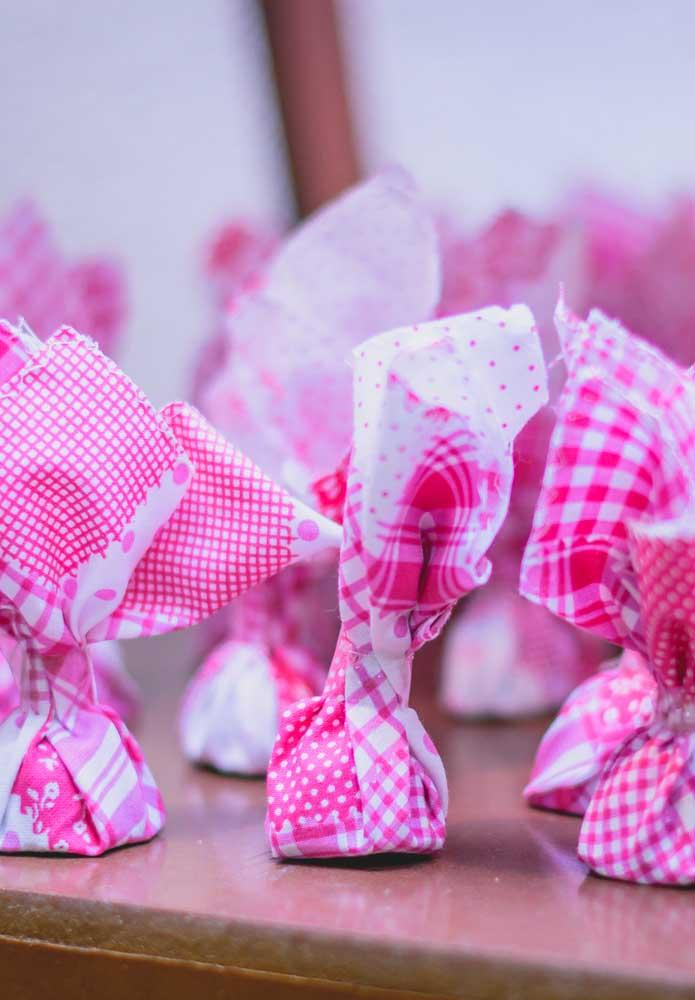 Uma boa opção de lembrancinha festa junina é a trouxinha de tecido.