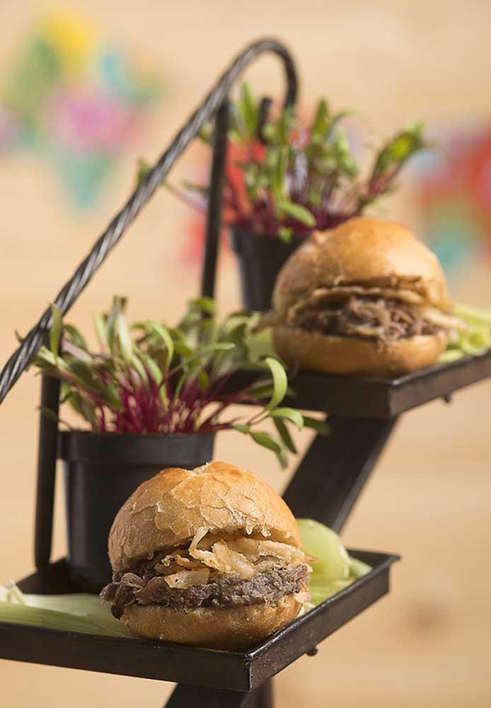 Para matar a fome dos convidados, sirva lanches no estilo hambúrguer.