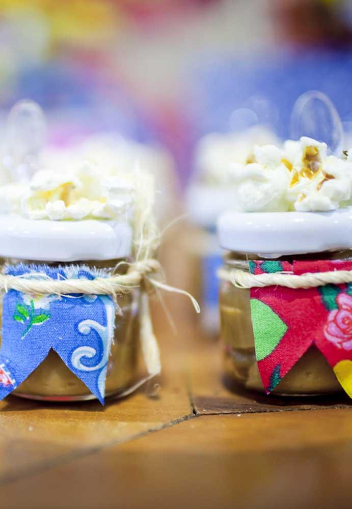 Se a intenção é fazer lembrancinhas comestíveis, o potinho de doce é uma ótima opção.