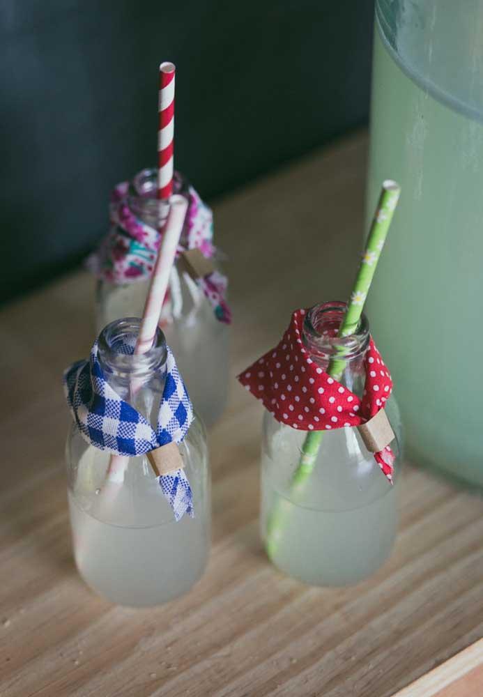 Até as garrafinhas de bebidas merecem ser decoradas com o tema junino.