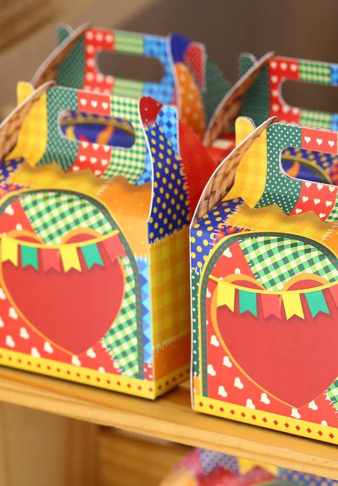 Algumas caixinhas personalizadas com o tema festa junina você pode encontrar em lojas especializadas.