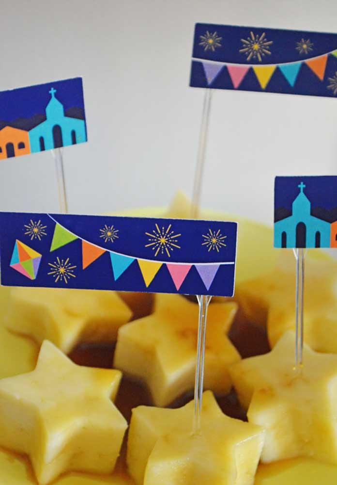 Faça plaquinhas para decorar as bandejas de guloseimas.