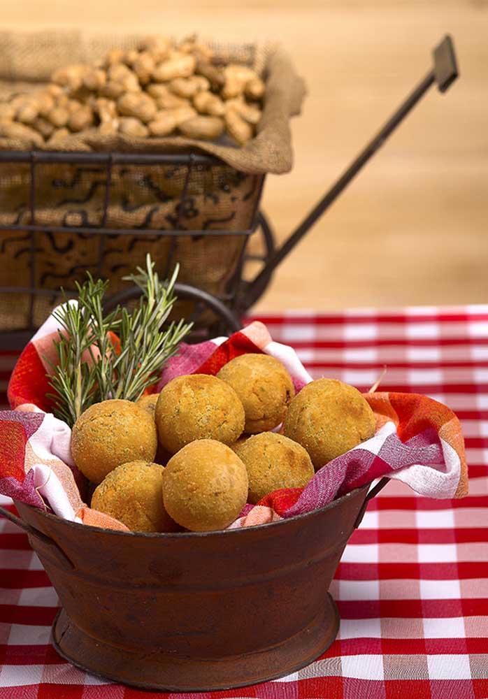O que acha de pegar alguns utensílios antigos para colocar as comidinhas da festa junina?
