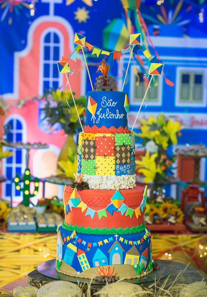 Quer caprichar no bolo de festa junina? Aposte no bolo fake para decorar do jeito que você quiser.