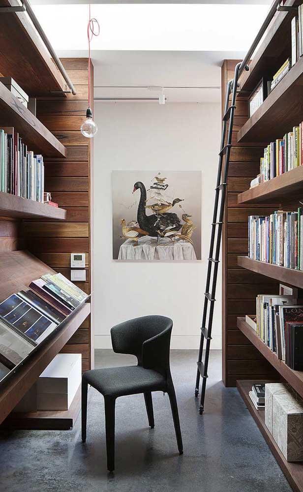 Um cantinho de estudos e leitura montado junto à biblioteca particular