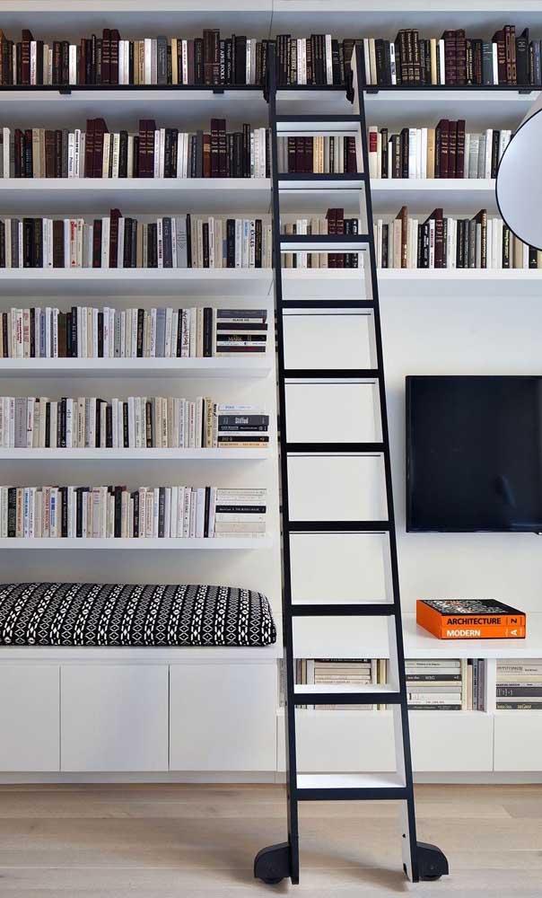 E se os livros ficarem muito altos, tenha uma escadinha por perto