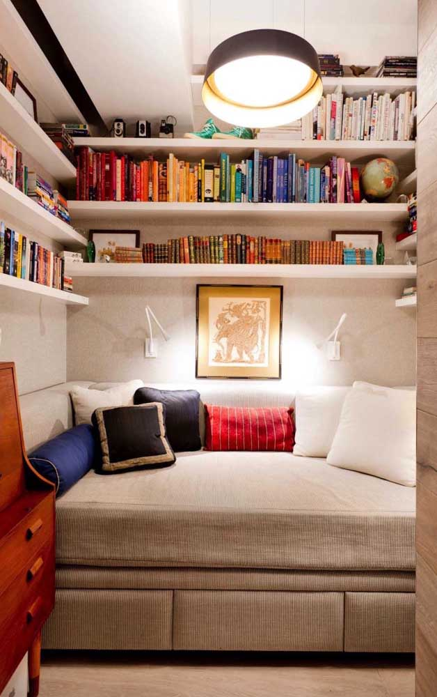 Livros e objetos pessoais integram essa mini biblioteca particular montada no quarto
