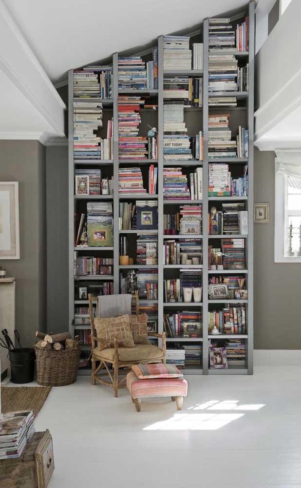 Em uma composição mais rústica, essa biblioteca em casa é charmosa e acolhedora