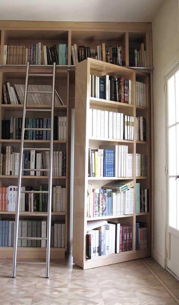 Uma passagem secreta entre as estantes de livro! Muito mágica essa biblioteca!
