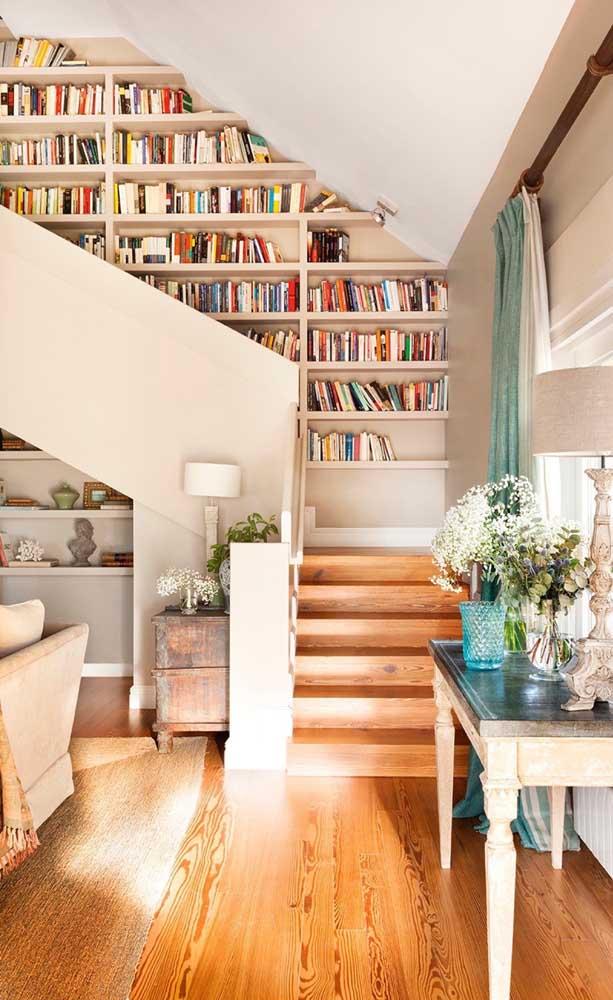 Sabe aquele espaço vazio na parede que acompanha a escada? Você pode transformá-la em uma biblioteca!