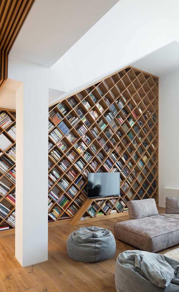 O pé direito alto dessa sala foi completamente utilizado para organizar a biblioteca particular em nichos feitos sob medida