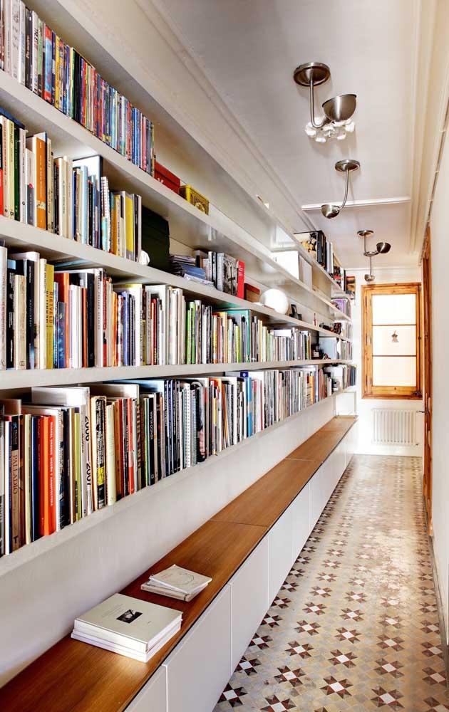 O corredor extenso se tornou o melhor lugar da casa para receber os livros