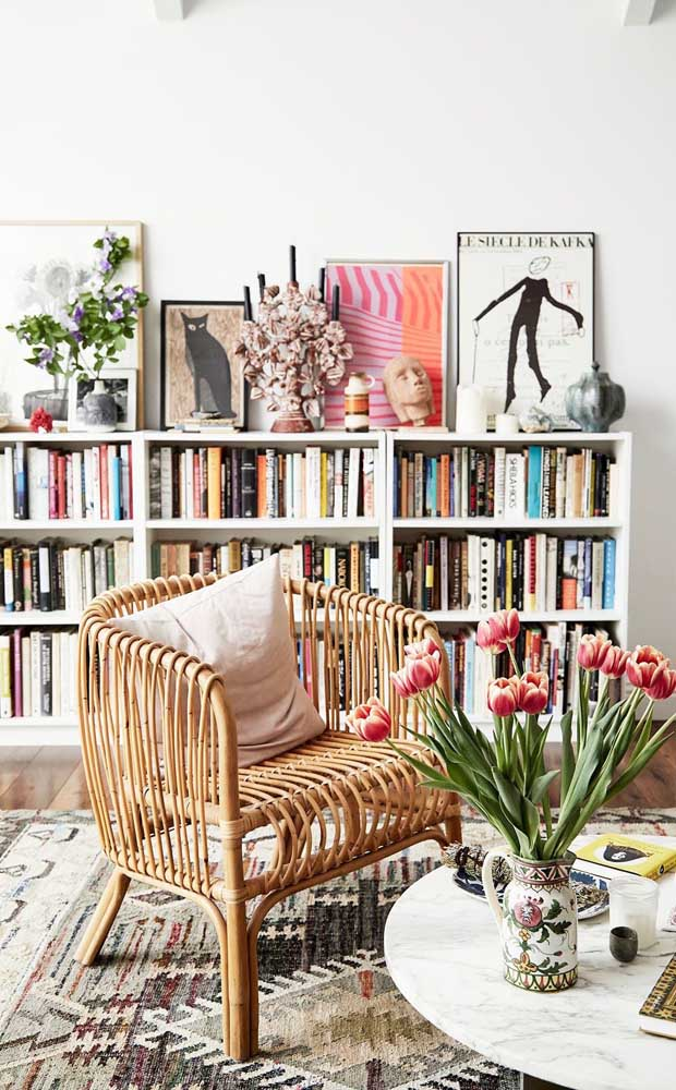 Uma biblioteca em casa pequena e muito charmosa