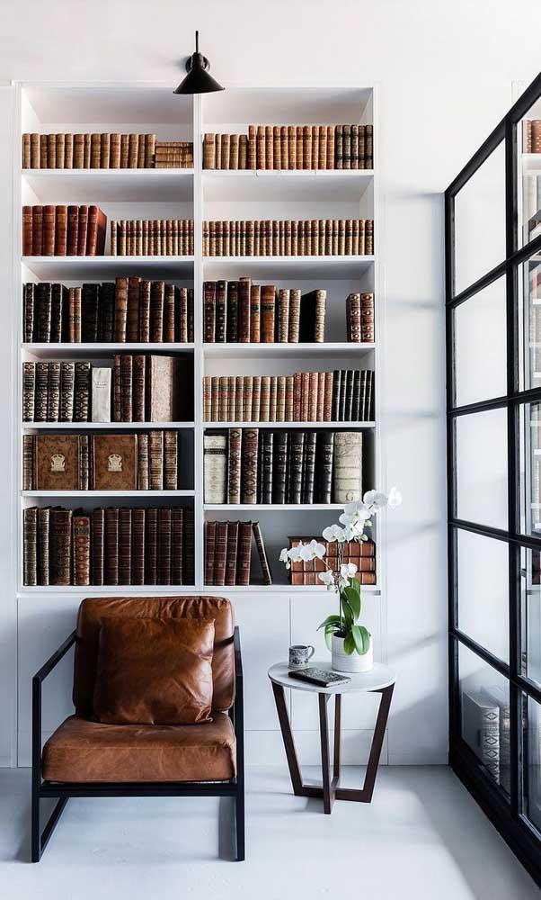 Com um estilo mais clássico e sóbrio, essa biblioteca fez questão de manter apenas os títulos com capas semelhantes