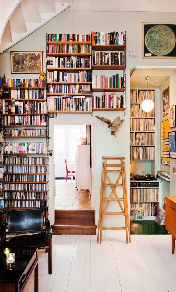Mas se você não se importa muito com essa simetria, aposte em uma biblioteca colorida e variada, ao melhor estilo boho