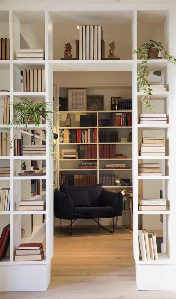 Aqui, os nichos, que ajudam a setorizar os ambientes, foram usados como parte da biblioteca