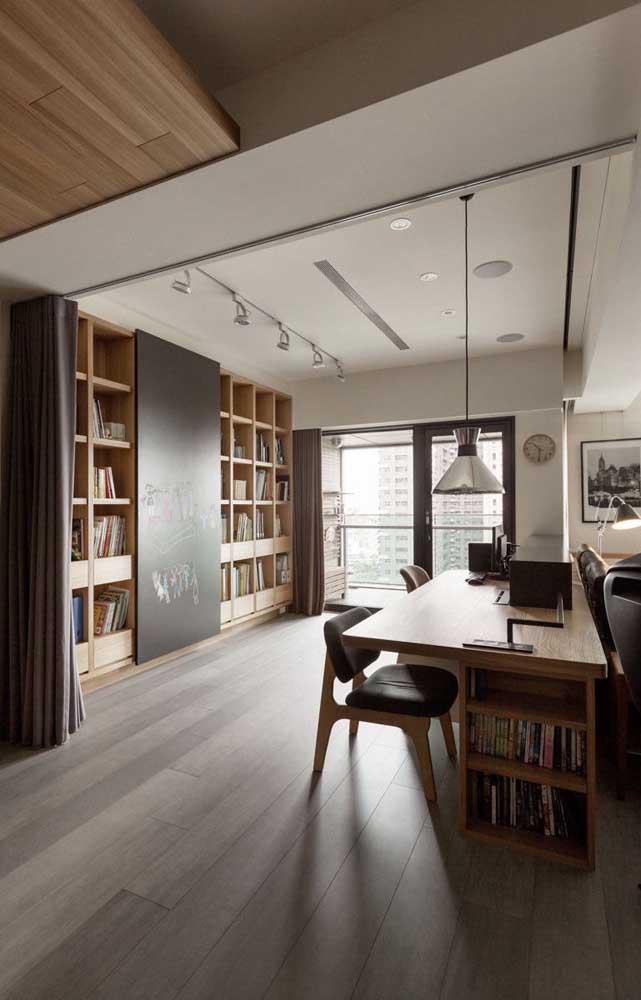 A cozinha ampla e espaçosa foi o lugar escolhido nessa casa para abrigar a biblioteca
