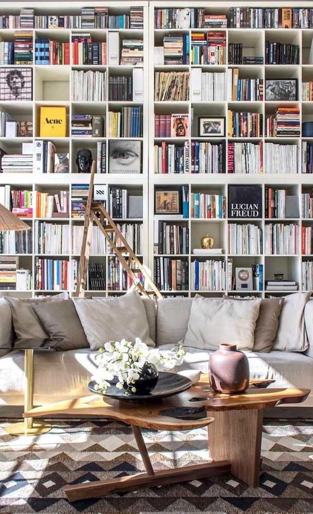 O destaque dessa biblioteca volumosa vai para as capas voltadas para frente, selecionadas para compor a estética do ambiente