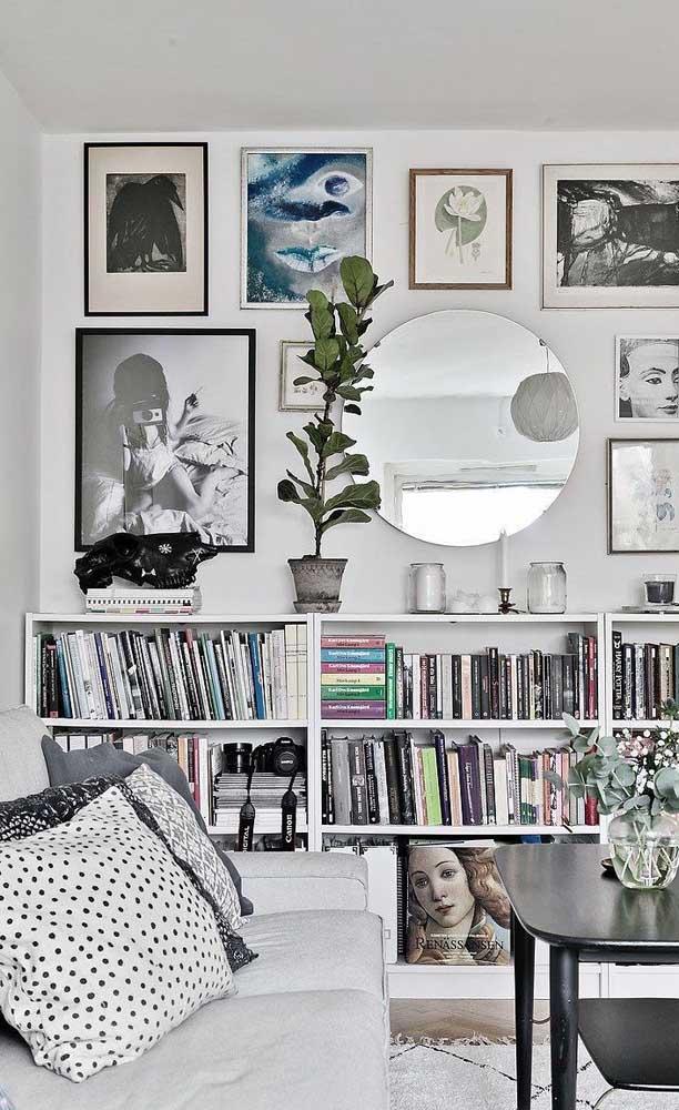 Mini biblioteca no rack da sala de estar; um exemplo de que você não precisa de locais grandes ou específicos para os livros