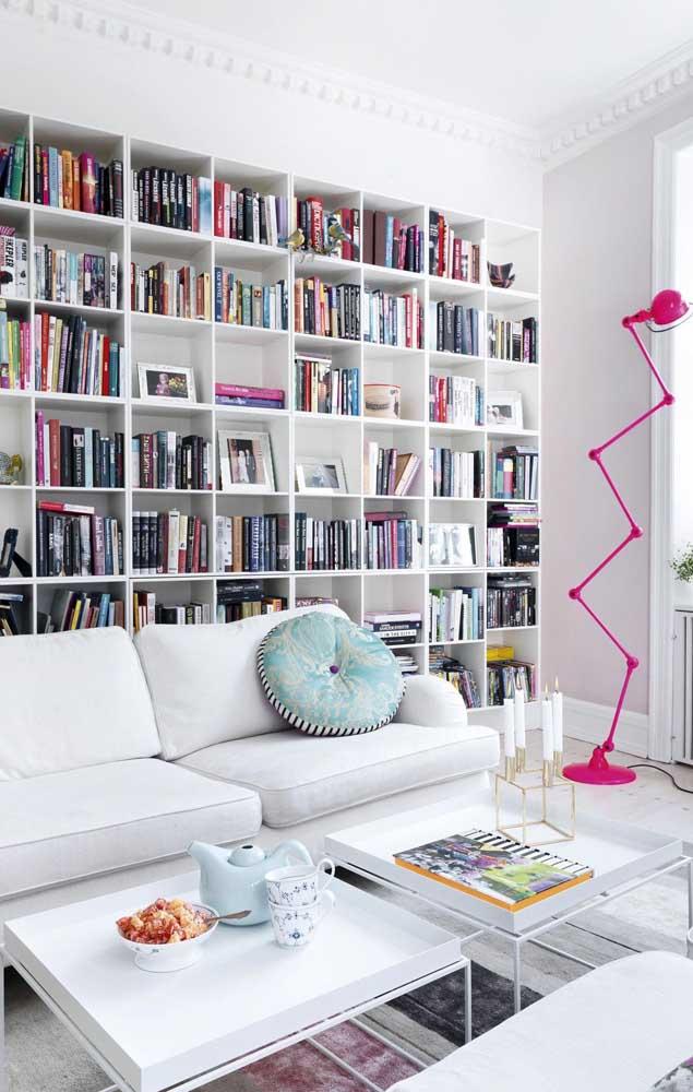 Uma parede coberta por nichos e livros