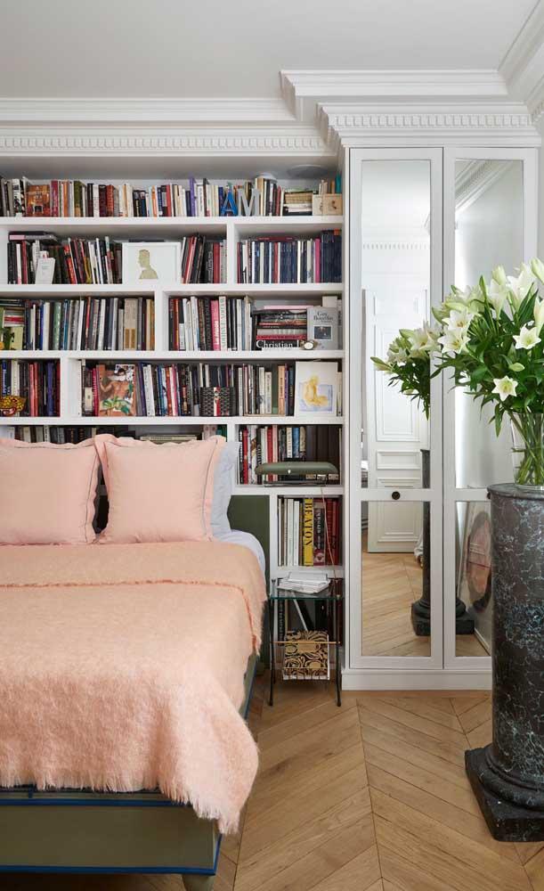 Biblioteca no quarto, logo atrás da cama
