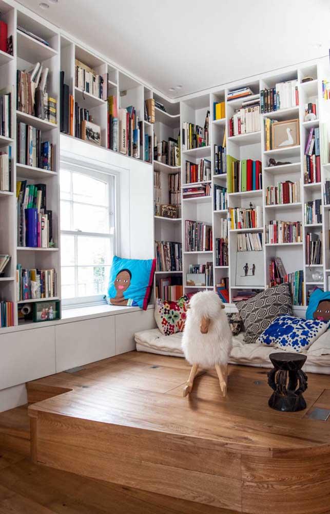 Livros na estante e um futton confortável no chão: o cantinho de leitura está pronto!