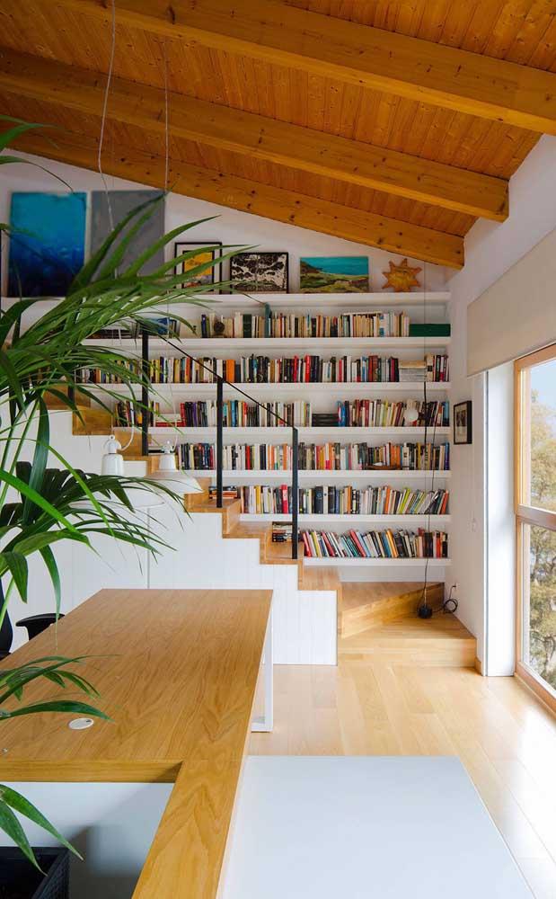 Olha mais uma sugestão de como aproveitar a parede da escada para fazer uma biblioteca