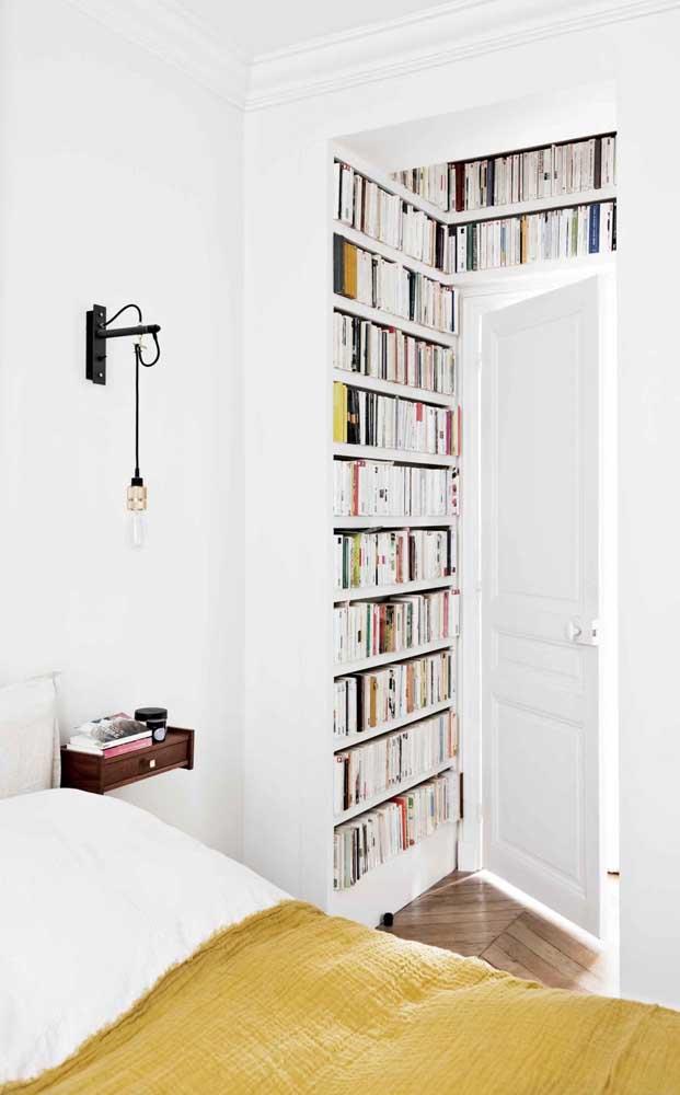 Aqui, a solução foi montar a pequena biblioteca em uma das paredes vazias do quarto do casal