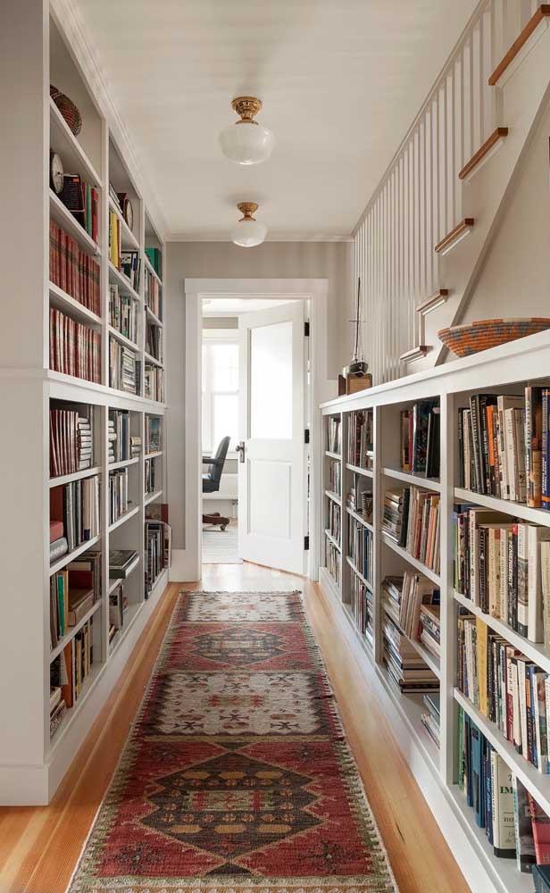 Já nessa casa, a opção foi transformar o corredor em biblioteca
