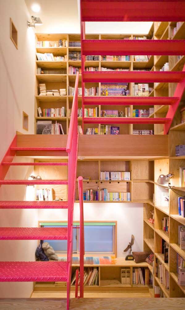 A luz difusa dá um toque todo especial e aconchegante para a biblioteca