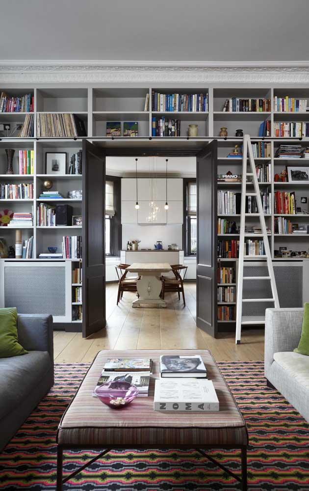Se as suas estantes forem altas, não pense duas vezes para ter uma escadinha, olha como elas são charmosas!