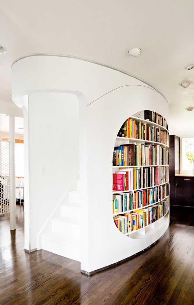 Essa parede divisória super moderna ganhou um nicho embutido para acomodar os livros