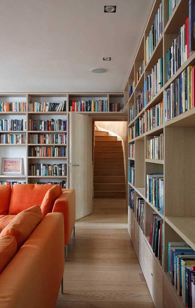 Sala de estar com biblioteca; um dos melhores lugares da casa para receber os livros