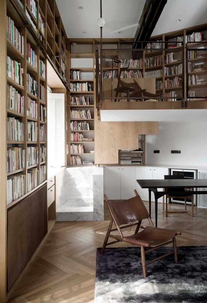 Essa casa de ambientes integrados valorizou os livros e deu a eles um bom espaço