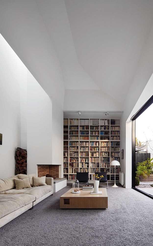 Sala grande com pé direito duplo e biblioteca, um sonho não?