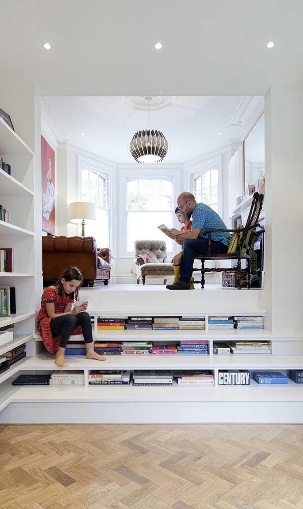 Degraus para o conhecimento, literalmente! Mais uma ideia super criativa para montar a biblioteca em espaços pequenos