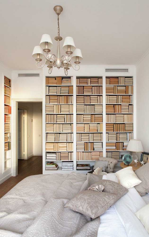 Uma maneira diferente e pouco convencional de organizar os livros: com a lombada virada para trás