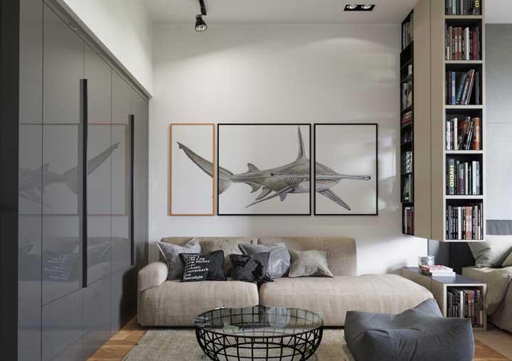 Nessa casa, os livros ajudam a marcar a linha que divide os ambientes